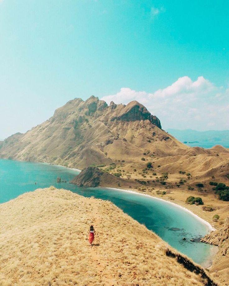 Siapa yang tidak kagum dengan keajaiban  Pulau Padar ini. Pulau yang menjadi destinasi favorit para traveler karena keunikan serta pemandangannya yang begitu memukau, sehingga mampu memikat hati siapa saja yang datang.  Yuk ke Taman Nasinal Pulau Komodo untuk melihat langsung keindahan destinasi wisata ini bersama orang-orang terdekatmu! Tentu lebih seru. . . Location : Pulau Padar, Taman Nasional Komodo Photo by : @wahego  . . #pulaupadar #pulaukomodo #flores #pulaukanawa #pulaukelor
