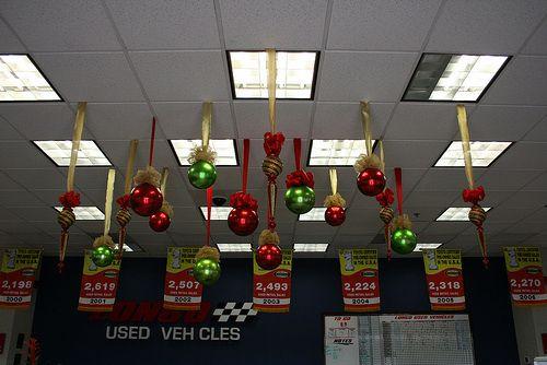 Cuelga las esferas de navidad del techo