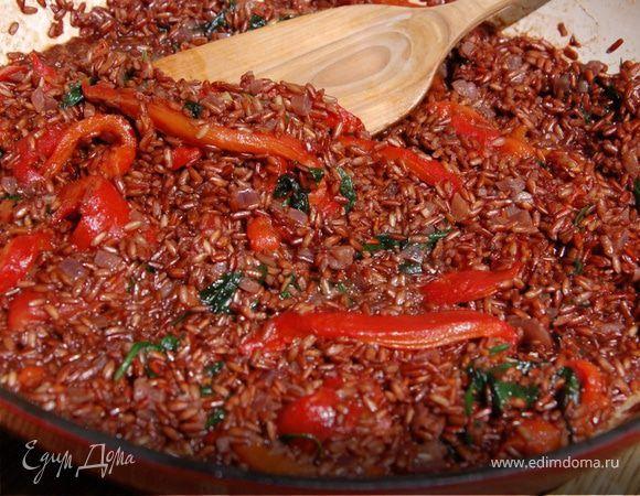 Паэлья из красного риса . Ингредиенты: рис красный, перец сладкий красный, шпинат свежий