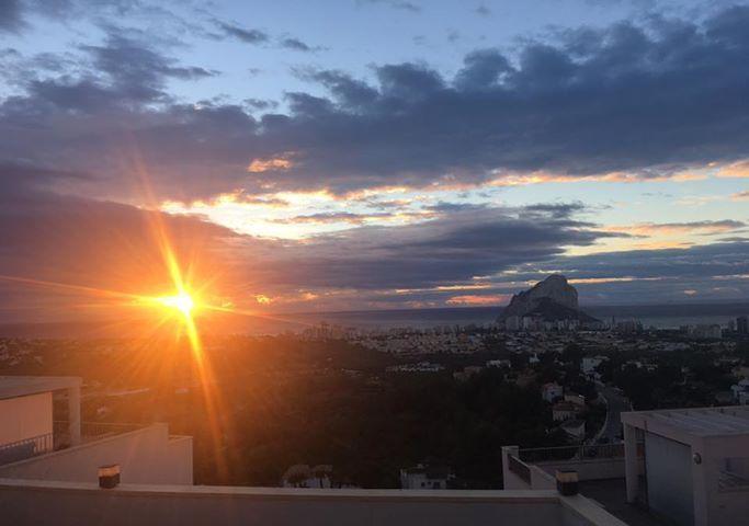¡Comienza un nuevo día! El sol aparece junto a nuestro Peñón e ilumina el horizonte. Os deseamos un feliz jueves a todos.  📷 Lisa Zilli ¡gracias!  #Amanece #ColinaHomeResort #Colina #Resort #Calpe #Alicante #Veroño #Foto #Cliente #Paisaje #BellezaNatural