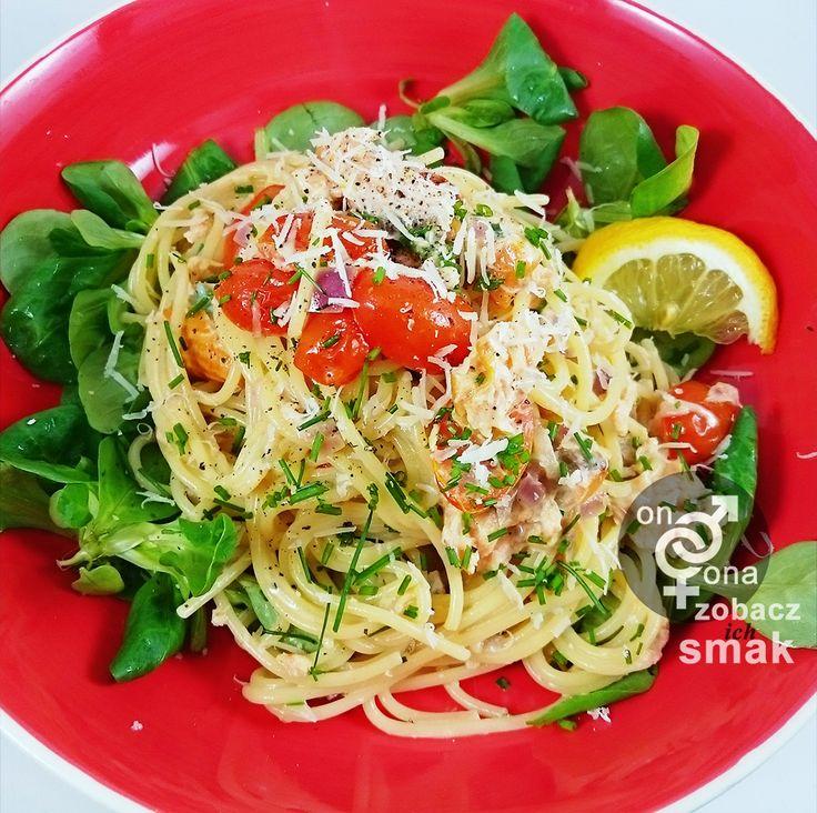 delikatne spaghetti z wędzonym łososiem i szczypiorkiem