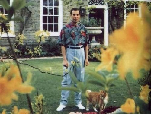 This is the last picture taken of Freddy Mercury in 1991, before he died of bronchial pneumonia resulting from AIDS.