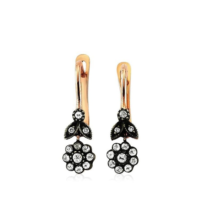 Cerceii LDE0060 sunt o bijuterie clasica dedicata atat doamnelor cat si domnisoarelor. Cu tortita din aur roz, bijutierii La Rosa au montat numeroase diamante in forma de floare, totul pentru un efect romantic.   http://www.bijuteriilarosa.ro/cercei-lde0060