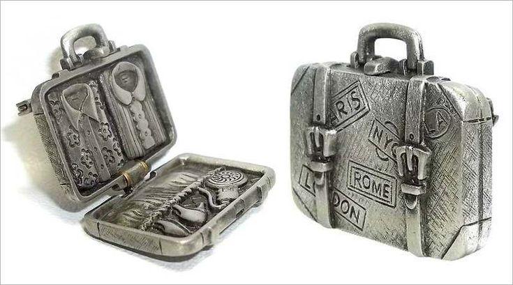 ANTIGUIDADE: RARA BIJUTERIA EM ESTILO VINTAGE – A curiosa bijuteria é uma verdadeira viagem no tempo: articulada em duas bandas, abre como uma maleta de verdade, cheia de etiquetas de grandes…
