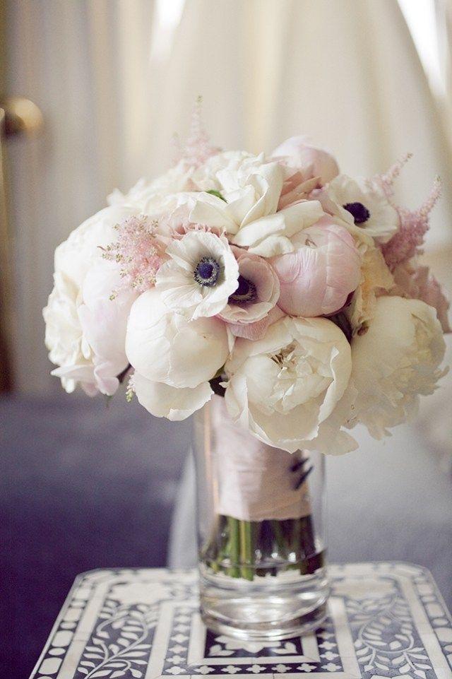 bouquet de mariée rond d'anémones de Caen blanches et pivoines