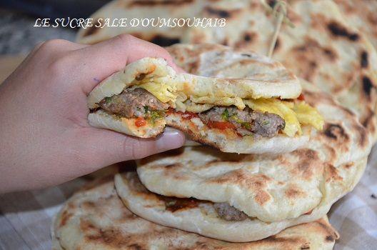 Pain chapati tunisien farci,une recette de pain sandwich tunisien farci au poulet,avec de la salade méchouiya et une petite omelette.