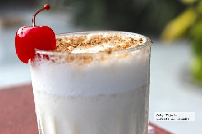 Matala quedito: Una onza de vodka (Sabor chocolate y crema batida), una onza de leche evaporada, media onza de jarabe natural, hielo triturado y cocoa en polvo para decorar.
