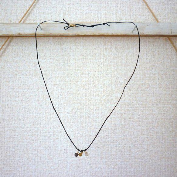 小さなラウンドストーンを3つ結び付けたシンプルなネックレス。シンプルなTシャツやニット、ワンピースなどのスタイルに合わせるのがおすすめ着用サイズ:40-46c...|ハンドメイド、手作り、手仕事品の通販・販売・購入ならCreema。