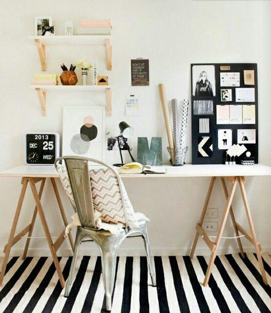 Creare un angolo-studio in soggiorno: la scrivania sui cavalletti