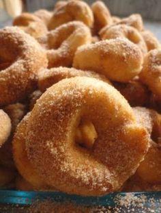 Estas rosquinhas são fáceis de fazer e ficam crocantes e deliciosas. A sugestão é para o café da tarde. Por cima, açúcar misturado com canela. Veja a receita.