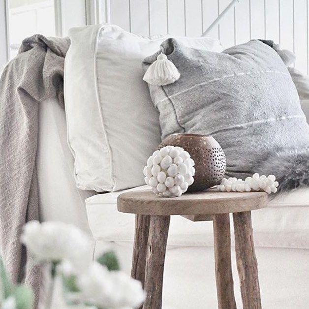 Sofá, peli y manta. No hay mejor manera de acabar la semana! Buenas noches! 😊🌙⭐️ Photo by @toisak #scandinavian #decoración #interiores #home #nordiconspiration #nordicstyle #scandinavian #love #wood #interior4all #home #nordic #rustic #inspo4all #nordicinspo #inspiration #nordicdesign #treats #rústico #nórdico #inspiración #sweethome #sofá #cojines #sunday #domingo #night #noches #buenasnoches