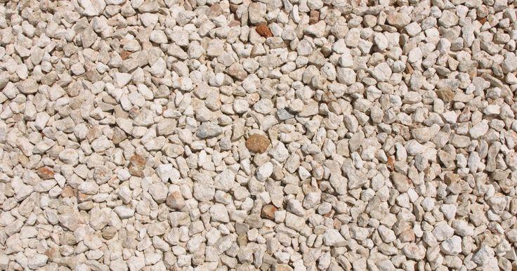 Como usar pedras de cascalho no jardim. As pedras de cascalho são pedrinhas do tamanho de ervilhas, lisas e redondas. Elas estão disponíveis em cores pálidas e neutras. Elas possuem vários tamanhos, sendo as menores mais baratas do que as maiores. Podem ser usadas em seu quintal para criar uma passagem ou caminho.