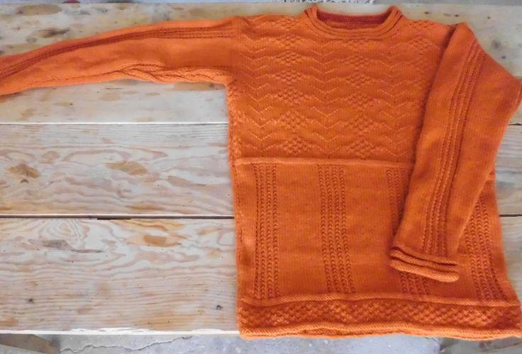 SOMMATINO, flot herresweater i strukturmønster i uld. Håndstrikket design fra domoras