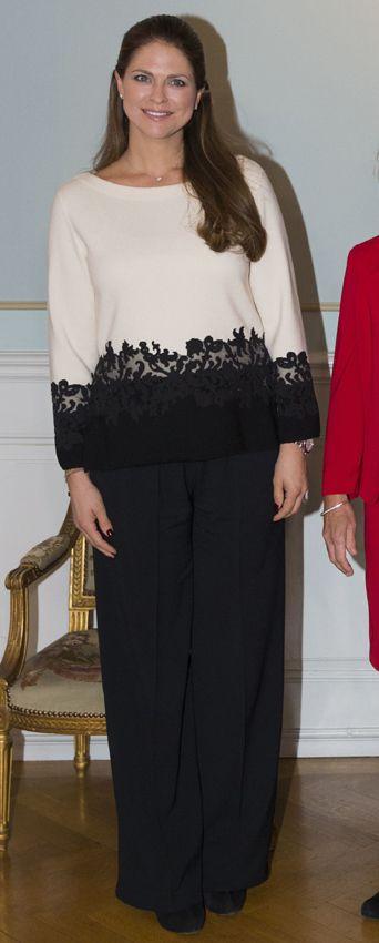 Princesa Magdalena de Suecia Acto: Visita a Gavle (Suecia). Fecha: 2 de febrero de 2015. 'Look': Magdalena reapareció tras el anuncio de su segundo embarazo con unos pantalones anchos negros y un 'top' black & white' que dejaba ver su incipiente barriguita.