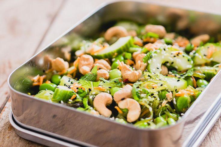 Ken je die zeewiersalade die je bij sushi krijgt? Daar kun je een vegetarische gezonde maaltijdsalade van maken, perfect voor in je lunchbox. Ook perfect als een lunch zonder brood.