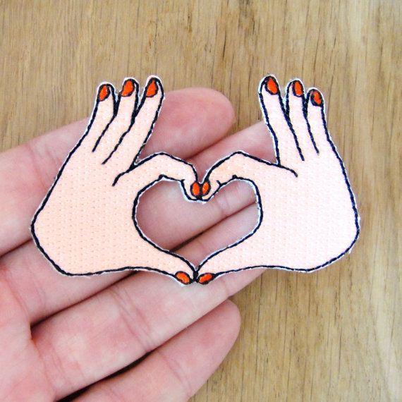 *** EDITION LIMITEE *** Ecusson petites mains manucurées coeur. Réalisés en édition limitée en tissu, fils brodés et adhésif thermocollant. Chaque