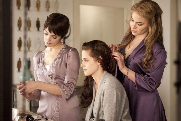 Escena de la película crepúsculo preparando a bella para la boda