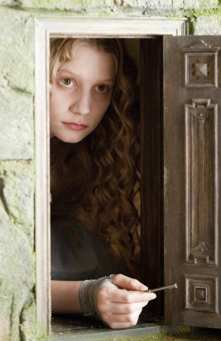 "Mia Wasikowska in ""Alice in Wonderland"" (2010)"