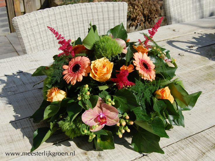 Tafelstuk / bruidsdecoratie. Oranje gerbera, roze spirea, oranje rozen, oranje en roze orchideeën, groene dianthus, hypericum. www.meesterlijkgroen.nl