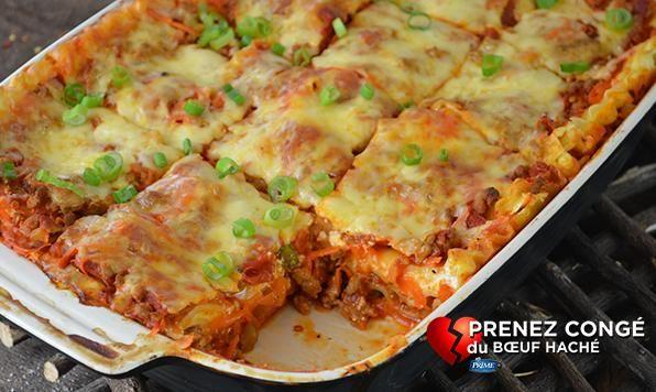 Voici une lasagne bien différente. Préparée avec du poulet haché assaisonné de sauce pour ailes de poulet Buffalo et des épices cajun, pour une lasagne unique et épicée.