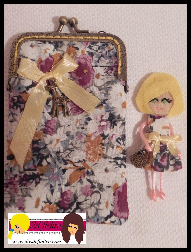monedero con boquilla metalica cuadrada, tela exterior de flores, tela interior amarilla. Muñeca de fieltro a juego