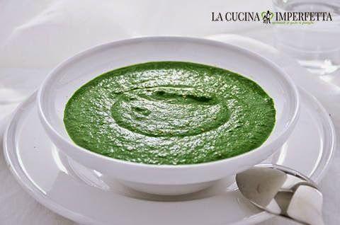 La vellutata di spinaci è una gustosa crema agli spinaci, facile e veloce da fare e davvero molto buona. La vellutata di spinaci è perfetta per queste fredde serate invernali.