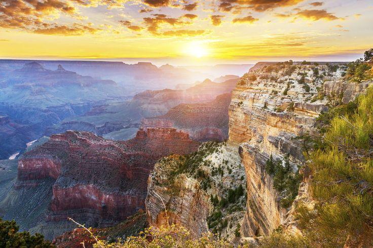 Wielki Kanion Kolorado - Stany Zjednoczone Kanion, będący największym przełomem rzeki na świecie, ma 446 km długości i głębokość dochodzącą do 2133 m, a jego szerokość waha się od 800 m do 29 km. Do Wielkiego Kanionu Kolorado (Grand Canyon of the Colorado) co roku przybywają 3 mln ludzi.
