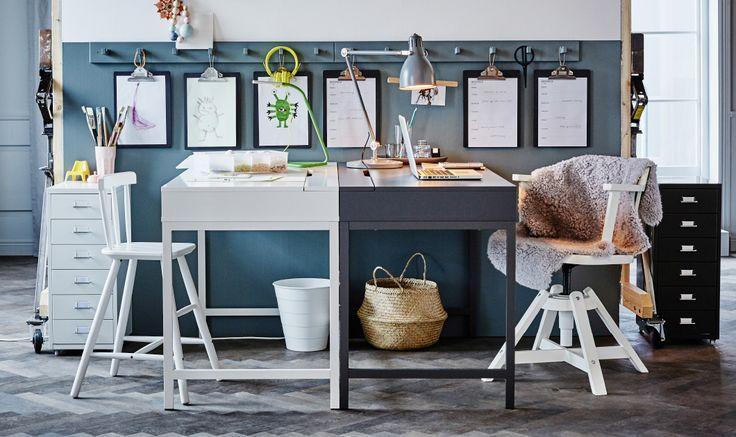 Zwei IKEA ALEX Schreibtische stehen hier Kopf an Kopf. Einer ist als Arbeitsplatz für einen Erwachsenen eingerichtet, der andere für den eines Kindes.