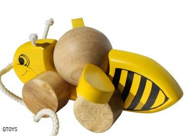 Q-TOYS Wooden Pull Along Bee - Children will giggle and laugh as this little bumble bee follows them along whirling its wings for take off.  Made from non-toxic and child safe materials.   Ages 3+