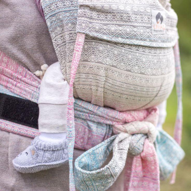 Die LIMAS Babytrage ist eine Wendetrage und vereint zwei Designs: So kannst Du sie mit verschiedenen Outfits kombinieren und für unterschiedliche Anlässe nutzen. Die LIMAS ist eine Kombination aus Tragetuch und Rucksacktrage. Es handelt sich dabei um eine Half Buckle Trage, d.h. der Hüftgurt wird mit einer Schnalle (buckle) geschlossen und die Schultergurte werden geknotet. Damit ist die Handhabung der Trage spielend einfach und das Tragen sehr bequem. Die auffächerbaren Schultergurte…
