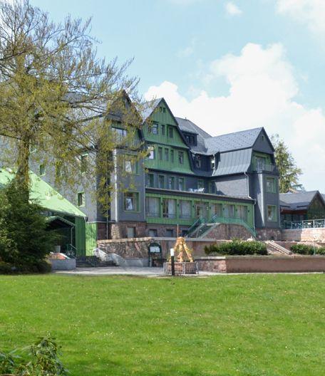 Außenansicht und Parkanlage des Berg- und Jagdhotels Gabelbach Ilmenau
