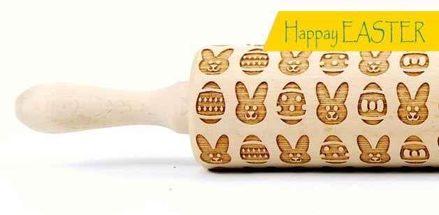 **Jest zajączek, pisanki, kwiatki jest świątecznie :)**  Wałek grawerowany wzór Wielkanocny  Wałek wykonany z polskiego drewna bukowego, wymiary, długość całkowita 43 cm, długość robocza 25,5...