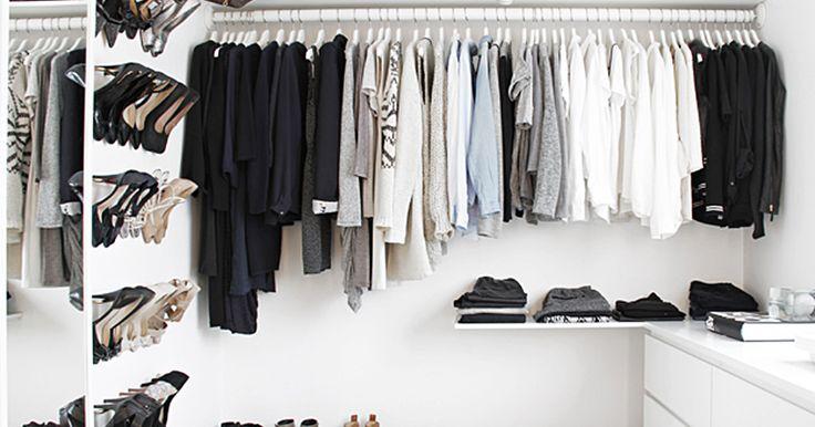 Delikat walk in closet innredet med IKEA-kommoder og enkle hyller og stenger for oppheng. Garderobe trenger ikke å være så dyrt.            ...