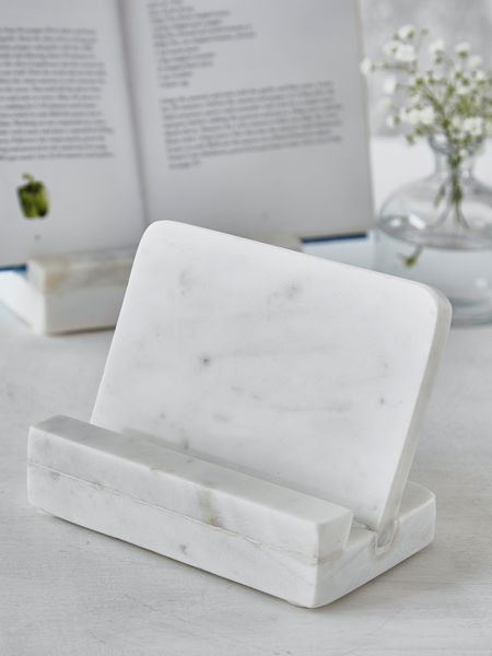 Part of our Marble collection, this cook book holder is a stylish addition to any kitchen!
