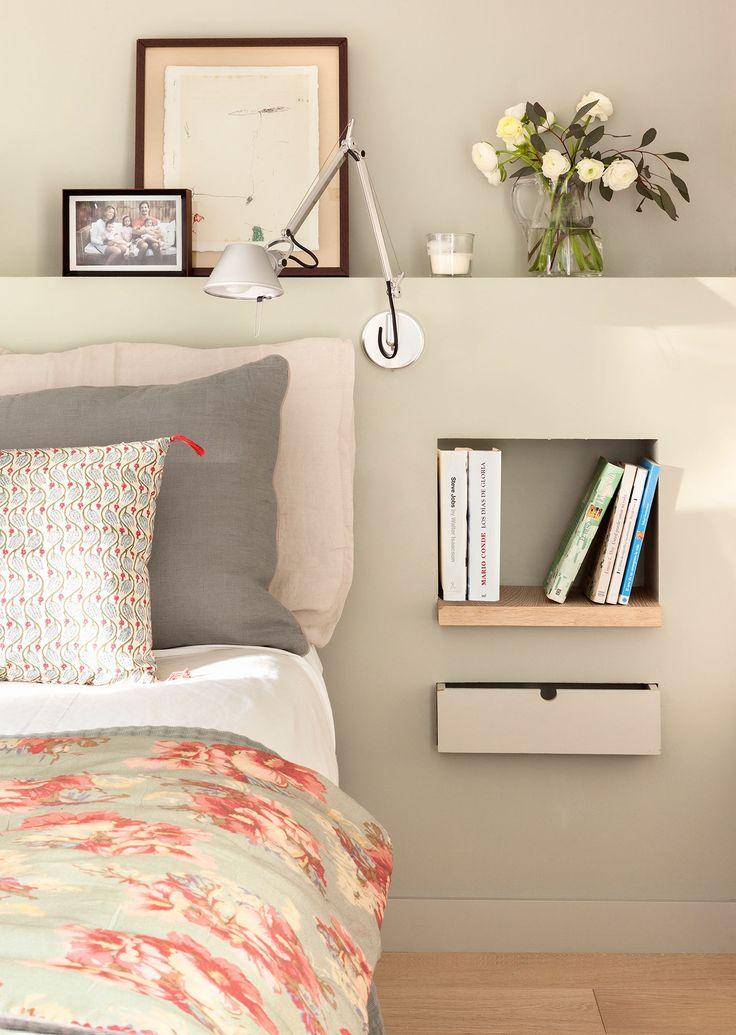 Detalle de cabecero de dormitorio con una balda para libros