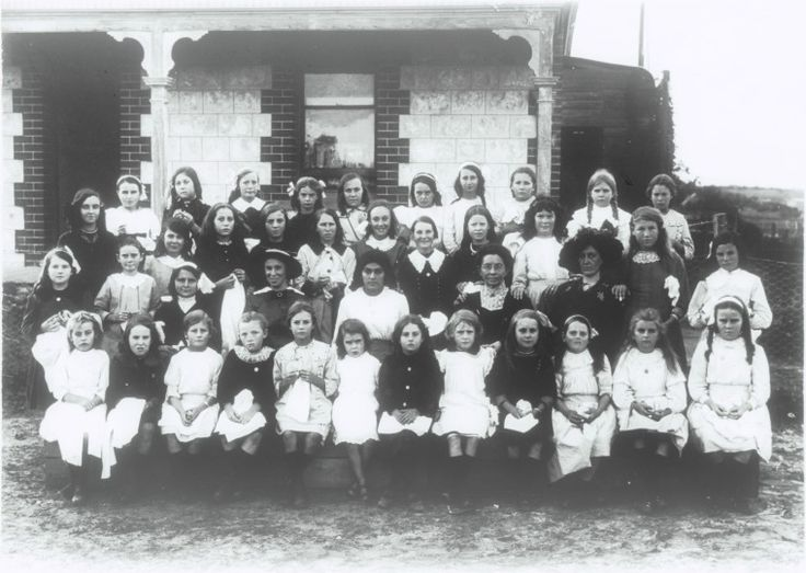 2885B: Silver Chain sewing bee at Mrs Bowden's residence, Samson Street, Fremantle, 1914. http://encore.slwa.wa.gov.au/iii/encore/record/C__Rb1964558__S2885b__Orightresult__U__X3?lang=eng&suite=def