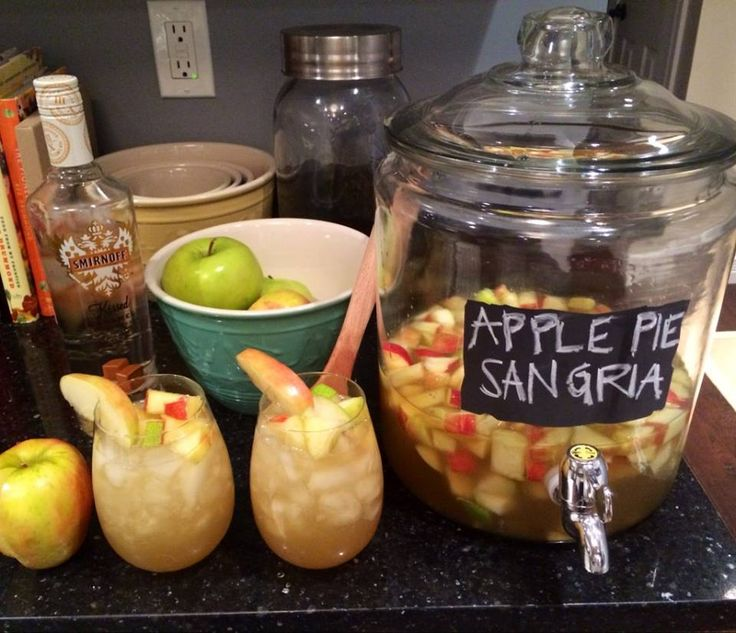 Apple Pie Sangria ~ The absolute best drink for fall! This cocktail is amazing!