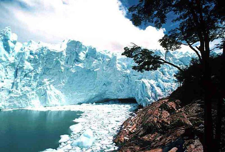 """Ubicado dentro del Parque Nacional Los Glaciares, que fue declarado """"Patrimonio Mundial Natural de la Humanidad"""", su frente es de 5 kilómetros y su altura llega a alcanzar los 80 metros sobre el nivel del agua. De él se desprenden continuamente bloques de hielo de diversos tamaños que caen en las aguas del Lago Argentino, lo que provoca sonidos estremecedores y olas impresionantes en la superficie, transformando la visión en un espectáculo inolvidable."""