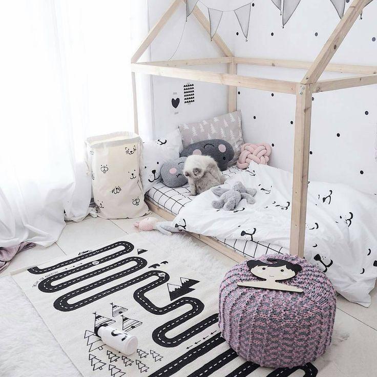 Los domingos son para inspirarnos, y a mí me inspira muy mucho está habitación de @blogsachi. Encontraréis este look en nuestra tienda online: alfombra circuito, cojines, ropa de cama, bolsa de almacenaje y vinilo. Buenas noches a todos! #decoracioninfantil