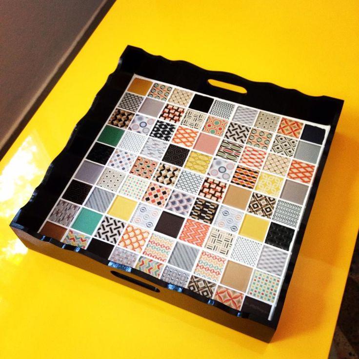 Bandeja preta em MDF com aplicação de pastilhas de vidro em estilo retro.
