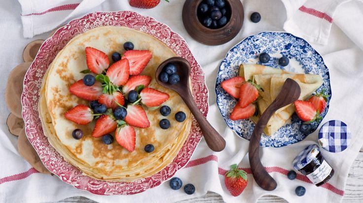 Скачать обои блины, ягоды, клубника, черника, раздел еда в разрешении 1366x768