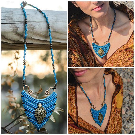 Collar de macramé azul eléctrico con alambre y por TribalMacrame