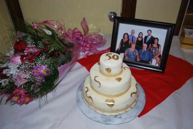 Gâteau pour le 50e anniversaire de mariage d'amis, recouvert de chocolat blanc et décor de poudre d'or