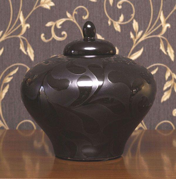 Bardzo oryginalny wazon z cienkiej porcelany w kolorze bardzo ciemno brązowym. Wzór tworzą gładkie i błyszczące powierzchnie.
