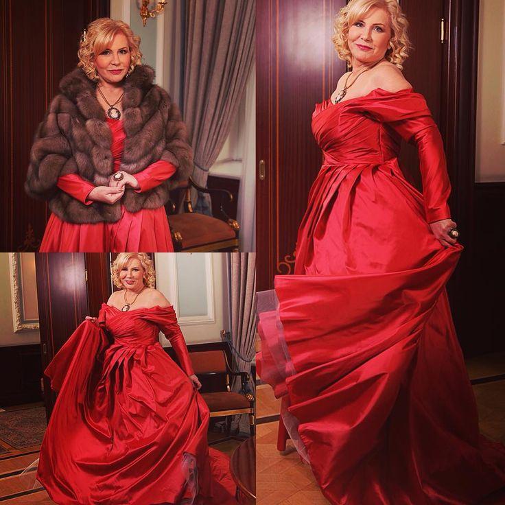 Замечательная и эффектная Арина Евдокимова в шелковом платье с благородным шелестом @victoriaspirina А тафта и баргузинский соболь созданы друг для друга. Роскошный мех @sobol_ru #eveningdress #evening #taffeta #red #reddress #newyear #christmas #fur #sobol #dress #dresses #вечернееплатье #красноеплатье #silk #glow #fashion #look #photoshoot #magazine