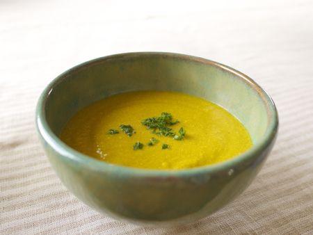 かぼちゃ 400g にんじん 150g 玉ねぎ 200g 豆乳 800cc 野菜スープ 200cc 塩 小さじ1強 こしょう 少々 ローリエ 2枚 パセリ 少々 オイル 少量  tsukurikata 1)かぼちゃ、にんじんを皮がついたまま適当な大きさに切り、   蒸し器でやわらかくなるまで蒸す。 2)玉ねぎをみじんに切ったら、オイルを熱した鍋かフライパンで   飴色になるまでとろ火で炒める。 3)1)と2)と豆乳をジューサーにかけ、なめらかにする。   量が多い場合は数回に分ける。 4)3)を鍋に移し、野菜スープ、塩、こしょう、ローリエを加え、   とろ火にかける。沸騰しないよう注意し、温まった火を止める。   ローリエはポタージュに風味がついた時点で鍋から取り出す。 5)器に盛り、みじん切りにしたパセリを散らす。