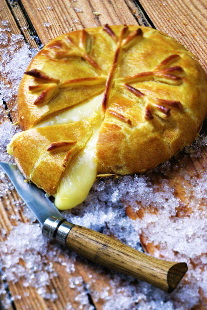 Reblochon en croûte 1 reblochon fait à cœur 1 rouleau de pâte feuilletée 1 jaune d'œuf 1 cuil. à soupe de farine sel