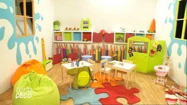 Une salle de jeu multicolore. Stickers crayons