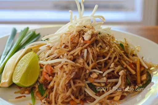 pad thai street food