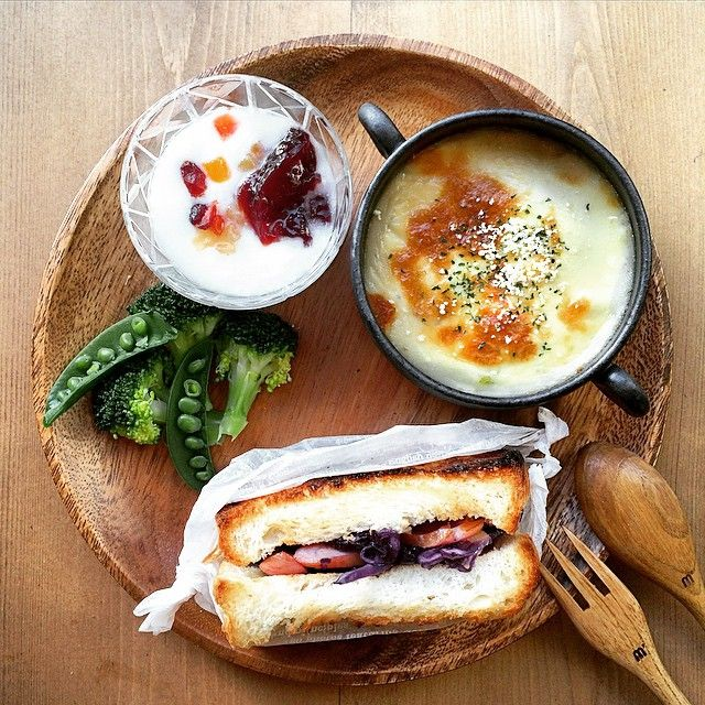 1.13 breakfast 炒めた紫キャベツとウインナーのホットサンド 残りシチューでグラタン ブ... | Use Instagram online…